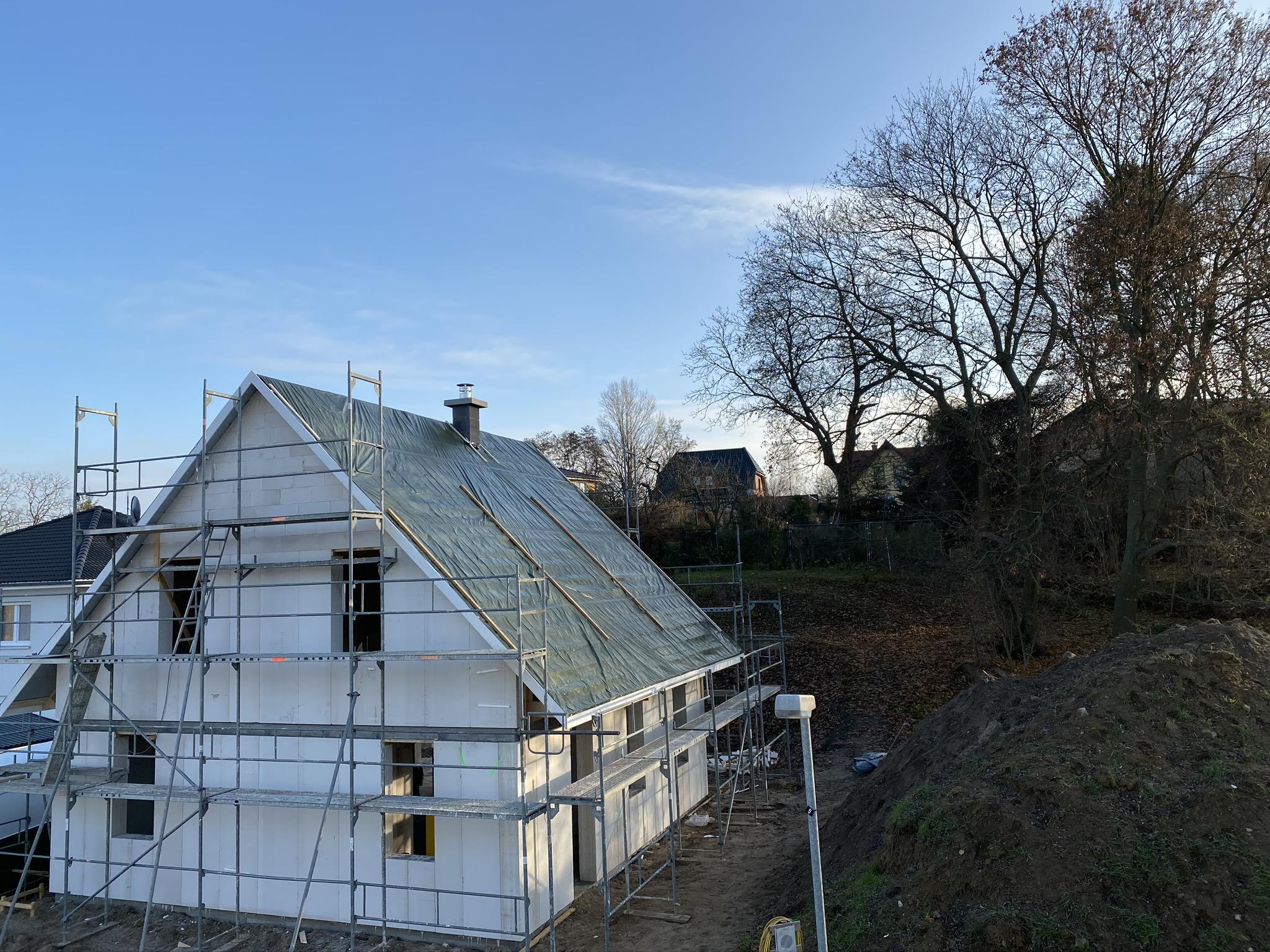 grüne Plane auf dem Dach